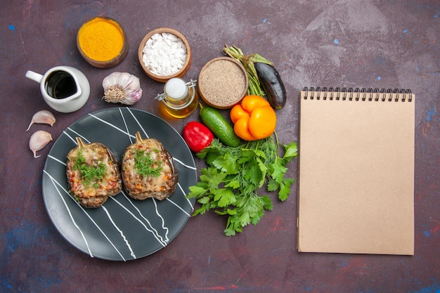 Draufsicht köstliche paprika gekochte gemüsemahlzeit mit hackfleisch und grüns auf dem dunklen hintergrundgericht abendessenmahlzeit backen farbkalorien