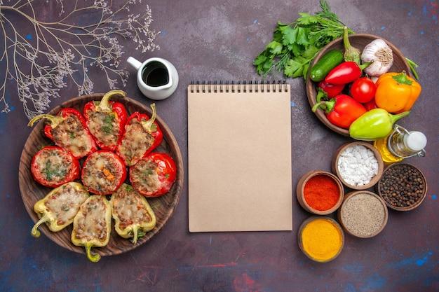 Draufsicht köstliche paprika gekochtes gericht mit hackfleisch und gewürzen auf dunklem hintergrund abendessen essen backen salzgericht fleisch