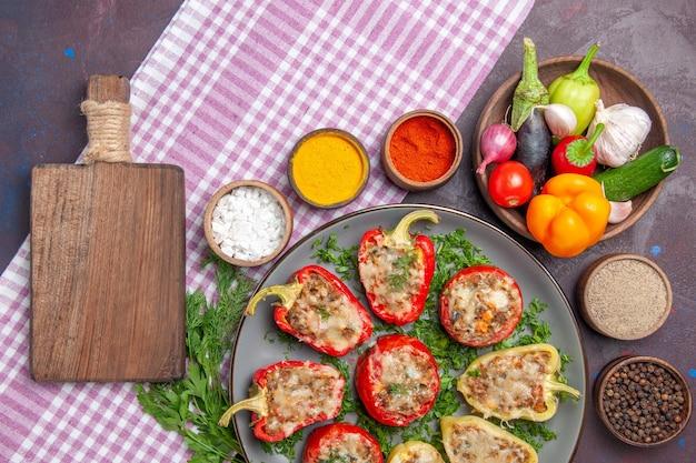 Draufsicht köstliche paprika leckere gekochte mahlzeit mit fleisch und grüns auf dem dunklen hintergrund würziges essen abendessen gericht pfeffer essen