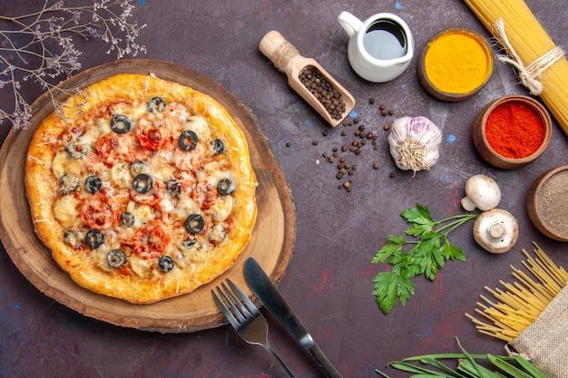 Draufsicht köstliche pilzpizza gekocht mit käse und oliven auf der dunklen oberflächenmahlzeitsnackpizza italienischer teig