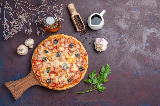 Draufsicht köstliche pilzpizza mit käse und oliven auf der dunklen oberfläche