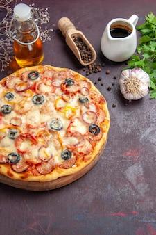 Draufsicht köstliche pilzpizza mit käse und oliven auf der dunklen oberflächenmahlzeit italienische lebensmittelteig-snackpizza