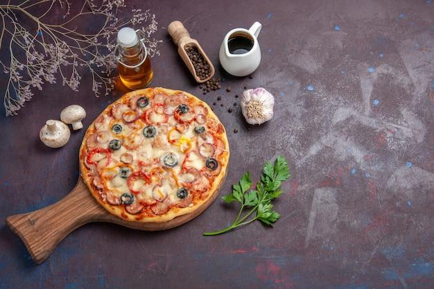 Draufsicht köstliche pilzpizza mit käse und oliven auf dunkelvioletter oberflächenmahlzeit italienischer lebensmittelteig-snackpizza