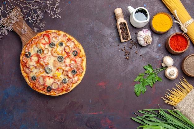Draufsicht köstliche pilzpizza mit käse und oliven auf dunkler oberflächenmahlzeitsnackpizza italienischer teig