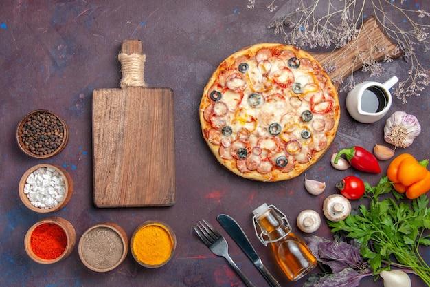 Draufsicht köstliche pilzpizza mit käseoliven und gewürzen auf dunkler oberfläche pizzamahlzeit italienischer teig