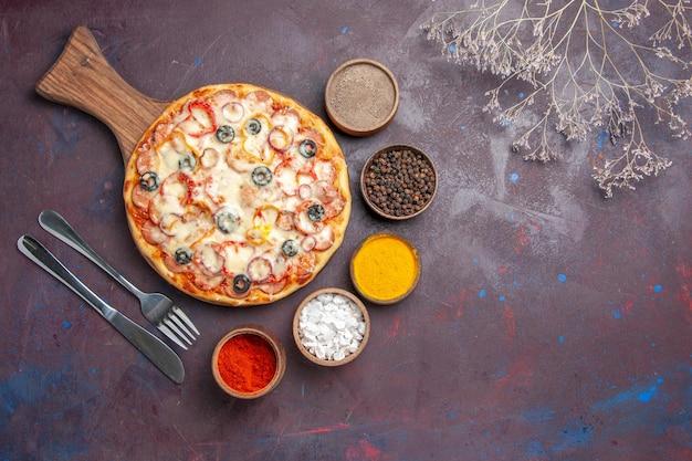 Draufsicht köstliche pilzpizza mit käseoliven und gewürzen auf dunkler oberfläche pizzamehlteig italienisch