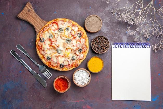 Draufsicht köstliche pilzpizza mit käseoliven und gewürzen auf dunkler oberfläche teiglebensmittelpizzamahlzeit italienisch