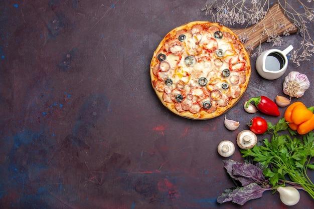 Draufsicht köstliche pilzpizza mit käseoliven und gewürzen auf dunkler oberfläche teigpizzamahlzeit italienisches essen