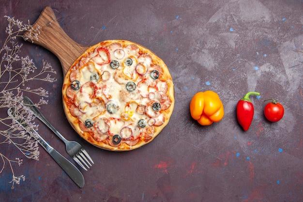 Draufsicht köstliche pilzpizza mit käseoliven und tomaten auf der dunklen oberfläche pizzamehlteigessen