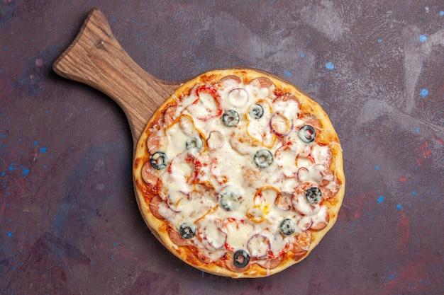 Draufsicht köstliche pilzpizza mit käseoliven und tomaten auf der dunklen oberfläche