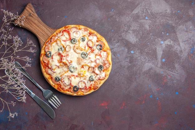 Draufsicht köstliche pilzpizza mit käseoliven und tomaten auf der dunklen oberflächenpizza italien mehlteiglebensmittel