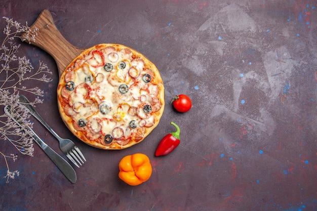 Draufsicht köstliche pilzpizza mit käseoliven und tomaten auf dunklem bodenpizzamehlteigessen italienisch