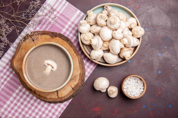 Draufsicht köstliche pilzsuppe mit frischen pilzen auf dunklem raum