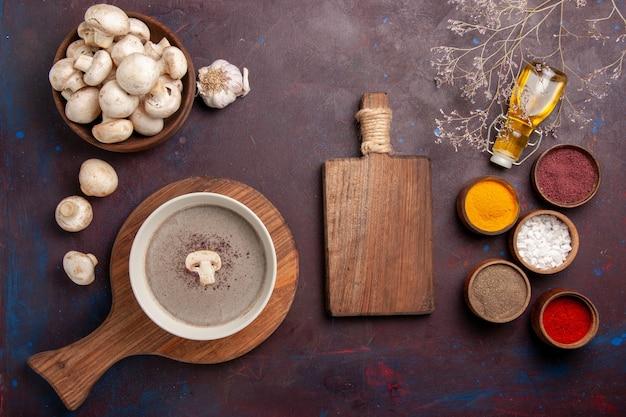 Draufsicht köstliche pilzsuppe mit frischen pilzgewürzen auf dunklem raum