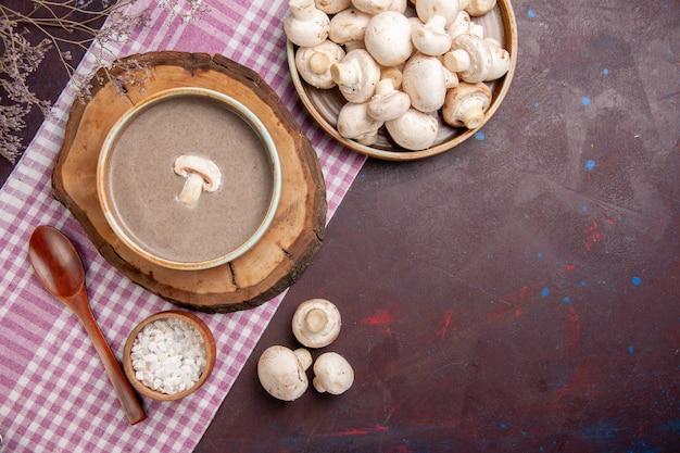 Draufsicht köstliche pilzsuppe mit pilzen auf dunklem raum
