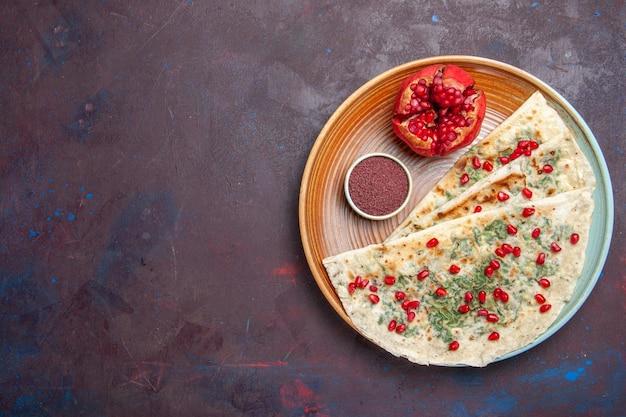 Draufsicht köstliche qutabs gekochte teigstücke mit grüns und granatäpfeln auf dunkler oberfläche teigmahlzeit abendessen kochen