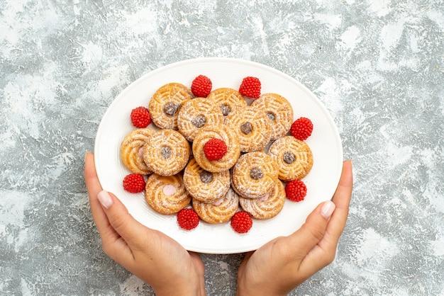 Draufsicht köstliche runde kekse mit himbeer-konfitüren auf weißem raum