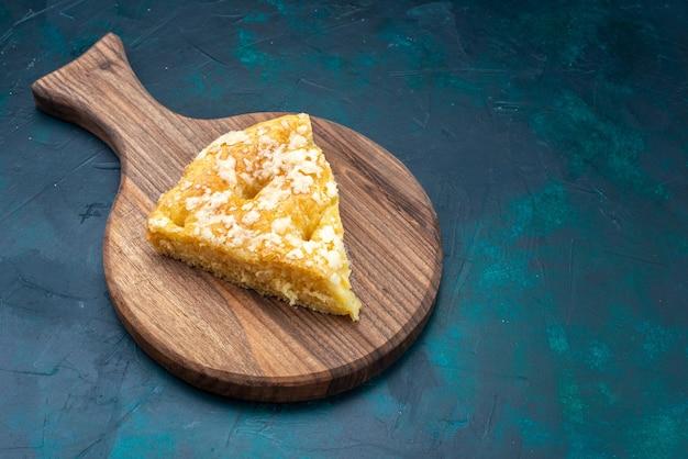 Draufsicht köstliche runde torte auf dem dunkelblauen hintergrund obstkuchen torte zucker süß
