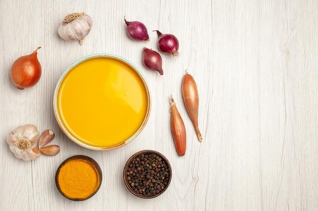 Draufsicht köstliche sahnesuppe mit gemüse auf weißem schreibtisch suppensauce sahne abendessen gericht mahlzeit