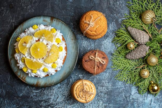 Draufsicht köstliche sahnetorte mit geschnittenen früchten und keksen