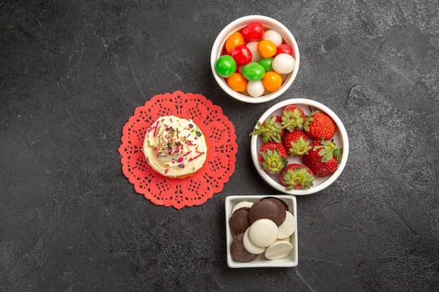 Draufsicht köstliche sahnetorte mit süßigkeiten kekse und früchte auf grauem hintergrund kuchen sahne keks süßes plätzchen dessert