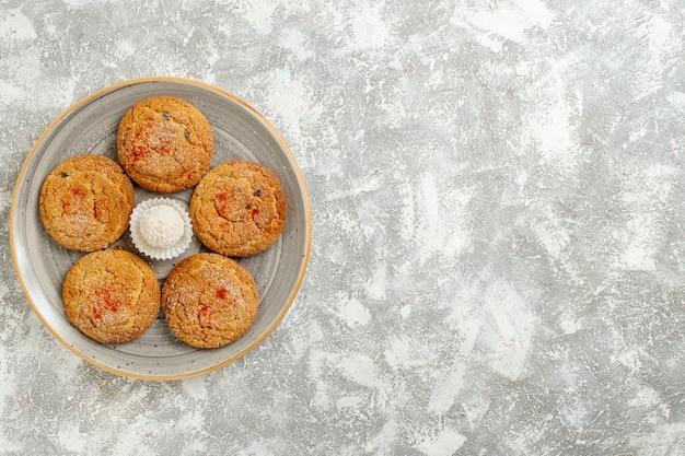 Draufsicht köstliche sandplätzchen innerhalb platte auf weißem hintergrund