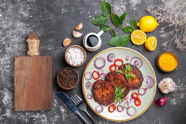 Draufsicht köstliche schnitzel mit zwiebelringen