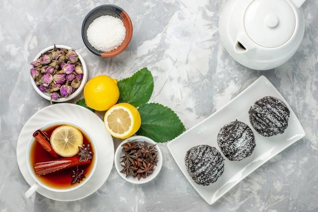 Draufsicht köstliche schokoladenkuchen kleine runde gebildet mit frischer zitrone auf weißem hintergrund obstkuchen keks süßer zucker backen keks