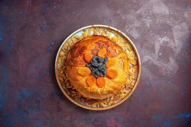 Draufsicht köstliche shakh plov gekochte reismahlzeit mit rosinen auf dem dunklen hintergrundmahlzeitteig, der lebensmittelreis kocht