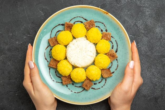 Draufsicht köstliche süße bonbons mit kuchen innerhalb des tellers auf dem dunklen hintergrund teekeks-süßigkeitskuchen süß