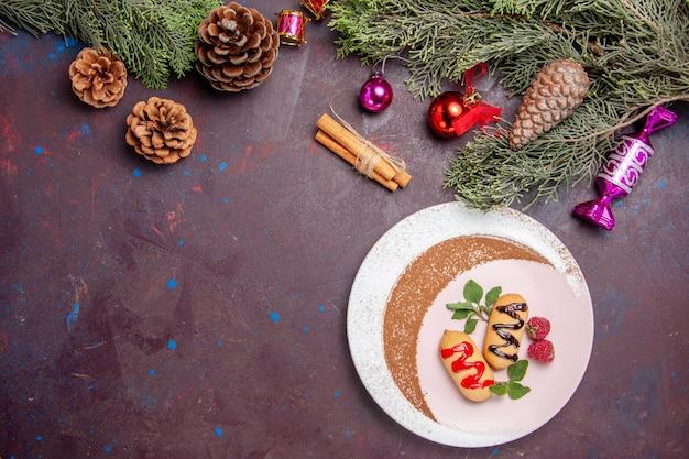 Draufsicht köstliche süße kekse mit weihnachtsbaum auf dunklem hintergrund cookie süßer keks zuckerfarbe kuchen