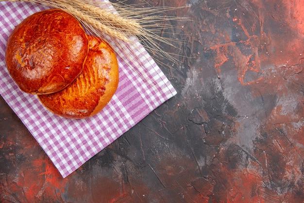 Draufsicht köstliche süße kuchen auf dunklem tischkuchen süßem kuchengebäckkeks