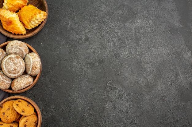 Draufsicht köstliche süße kuchen mit keksen auf dunkler oberfläche süße kuchen torte