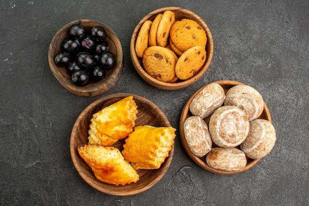 Draufsicht köstliche süße kuchen mit keksen und oliven auf dunkler oberfläche süße kuchen torte