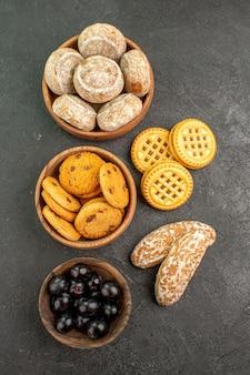 Draufsicht köstliche süße kuchen mit keksen und oliven auf einer dunklen oberfläche tortenkuchen süß
