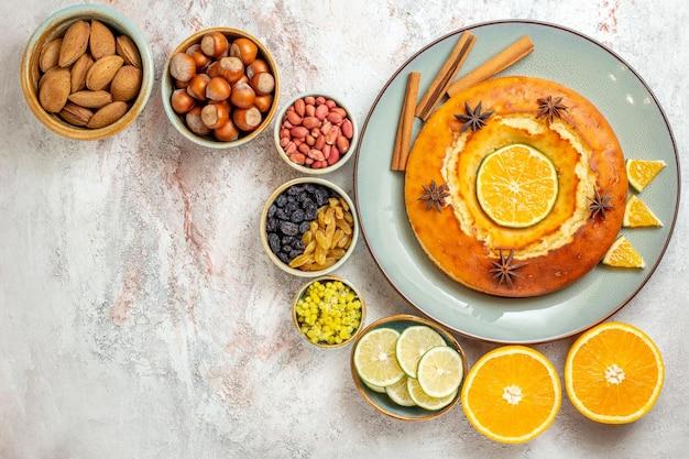 Draufsicht köstliche torte mit nüssen und zitrusfrüchten auf weißem hintergrund früchte süßer nusskuchen tortenkeks
