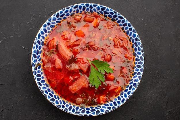 Draufsicht köstliche ukrainische rübensuppe mit borschtsch auf dem dunklen raum