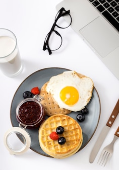Draufsicht köstliche waffeln mit ei auf einem teller