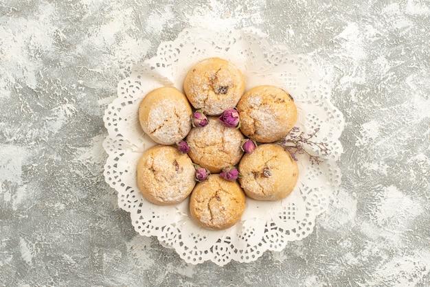 Draufsicht köstliche zuckerkekse auf weißem hintergrundkekszuckerplätzchen süßer teekuchen