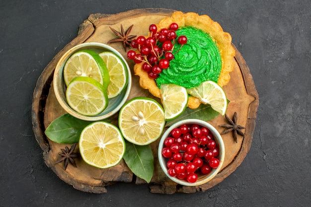 Draufsicht köstlicher cremiger kuchen mit frischen früchten