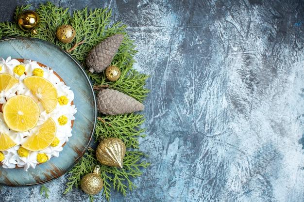 Draufsicht köstlicher cremiger kuchen mit früchten und zapfen