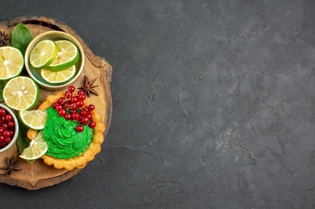 Draufsicht köstlicher cremiger kuchen mit früchten