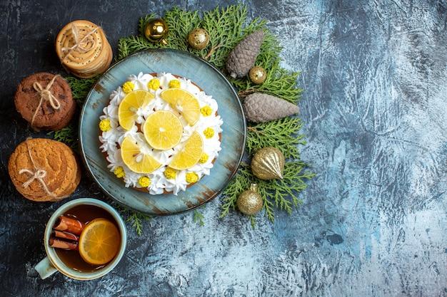 Draufsicht köstlicher cremiger kuchen mit keksen und tasse tee