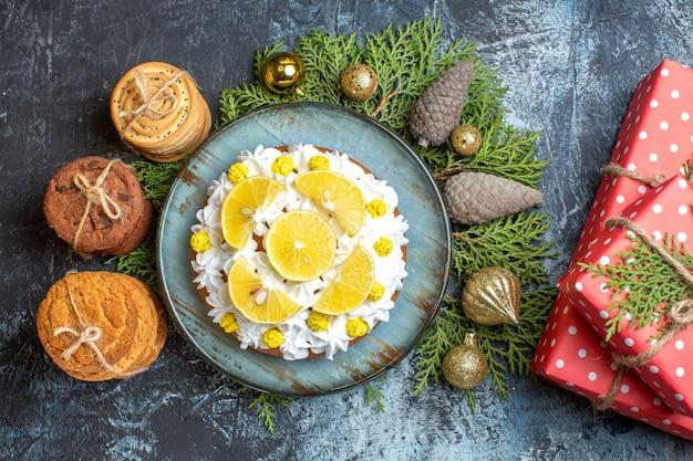 Draufsicht köstlicher cremiger kuchen mit keksen