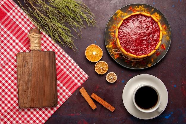 Draufsicht köstlicher dessertkuchen mit tasse kaffee auf dunkler oberfläche kekszuckerkeks süßer kuchen dessert