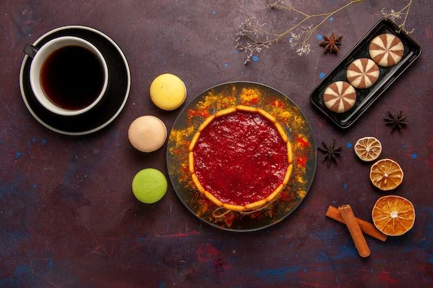Draufsicht köstlicher dessertkuchen mit tasse kaffee macarons und schokoladenplätzchen auf dunklem hintergrundkekszuckerplätzchenkuchen-nachtisch süß