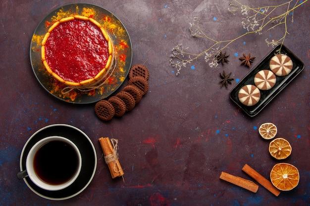 Draufsicht köstlicher dessertkuchen mit tasse kaffee und keksen auf dunklem hintergrund kekszuckerplätzchen-kuchen-dessert süß