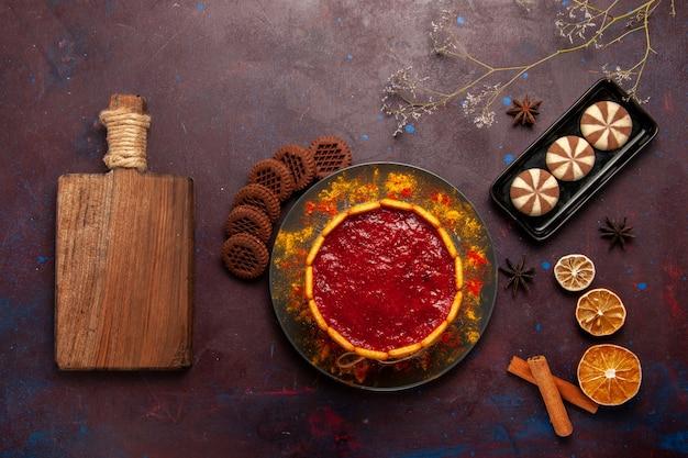 Draufsicht köstlicher dessertkuchen mit tasse kaffee und schokoladenplätzchen auf dunklem hintergrundkekszuckerplätzchkuchen-nachtisch