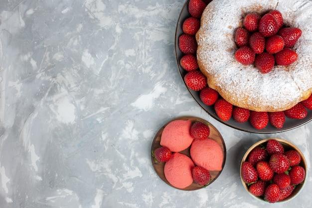 Draufsicht köstlicher erdbeerkuchen mit frischen roten erdbeeren auf hellem weiß