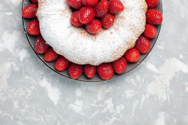 Draufsicht köstlicher erdbeerkuchen mit zuckerpulver auf hellem weiß